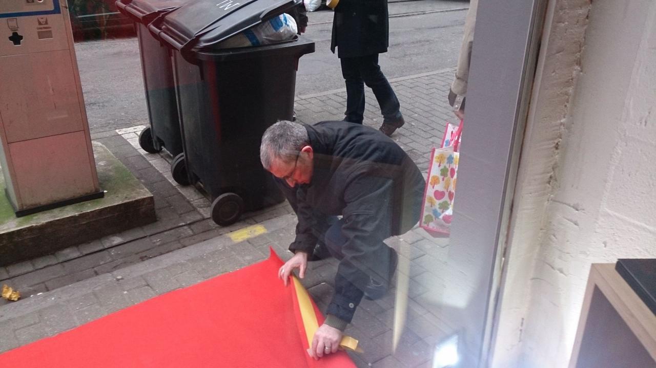 Juan plaçant le tapis