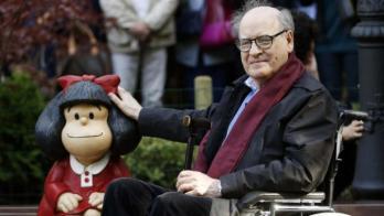 Quino avec la statue de mafalda a oviedo asturias